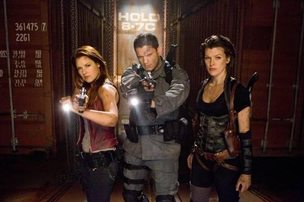Milla Jovovich (Alice), Ali Larter (Claire Redfield) en Wentworth Miller (Chris Redfield)