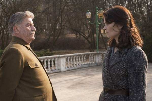 André Dussollier (Joseph Staline) en Marina Hands (Anna) in Une exécution ordinaire