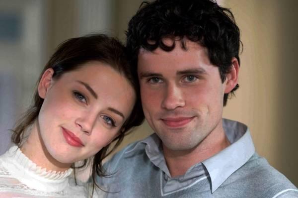 Amber Heard (Jenn) en Ben Hollingsworth (Mick Jones)