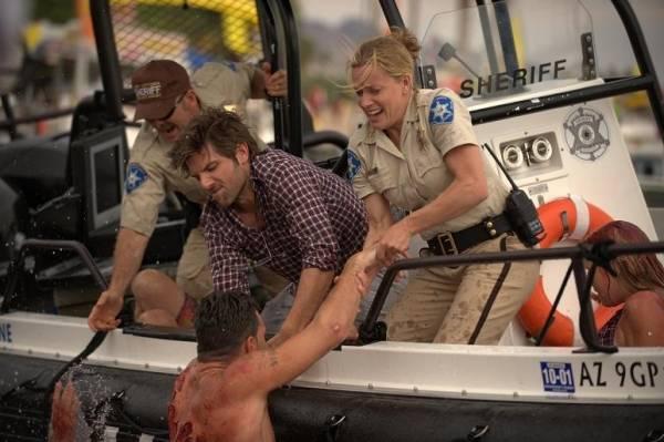 Adam Scott (Novak Radzinsky) en Elisabeth Shue (Sheriff Julie Forester)