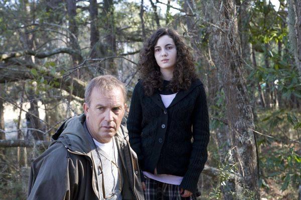 Ivana Baquero (Louisa James) en Kevin Costner (John James)