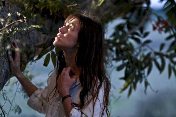 Charlotte Gainsbourg (Dawn O'Neil - a young widow, mother of four)
