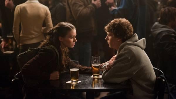 Jesse Eisenberg (Mark Zuckerberg) en Rooney Mara (Erica)