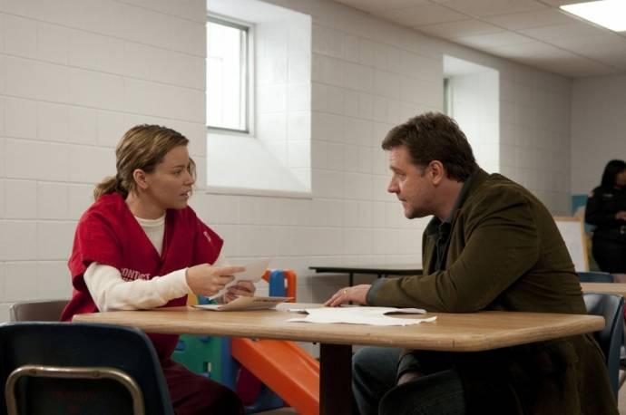 Elizabeth Banks (Laura) en Russell Crowe (John Brennan)