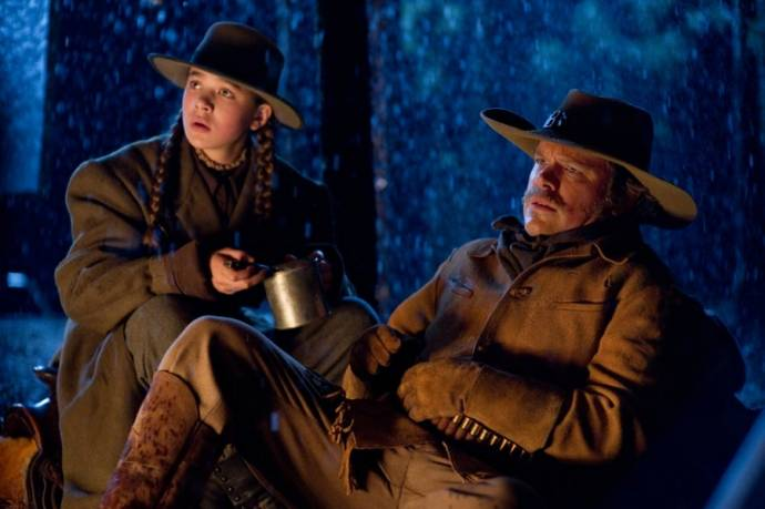 Jeff Bridges (Marshal Reuben J. Cogburn) en Hailee Steinfeld (Mattie Ross)