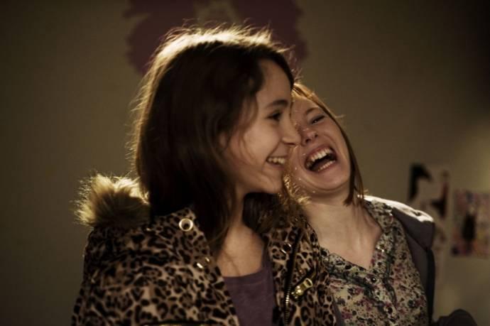 Julie-Marie Parmentier (Nora dite No - une SDF de 18 ans) en Nina Rodriguez (Lou Bertignac - une jeune surdouée de 13 ans qui devient l'amiede No)