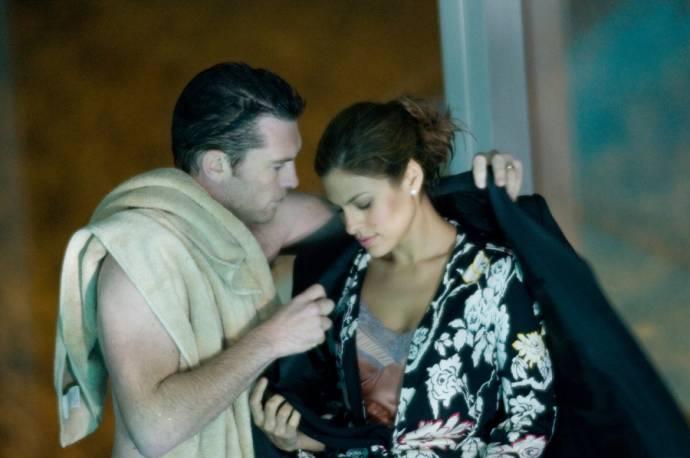 Eva Mendes (Laura) en Sam Worthington (Michael Reed)