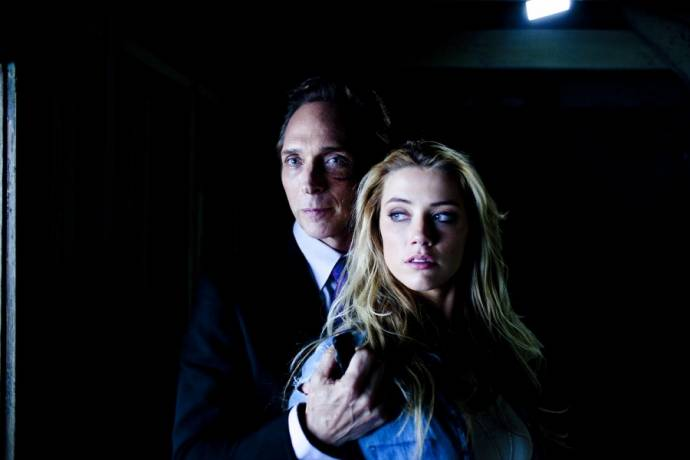William Fichtner (The Accountant) en Amber Heard (Piper)