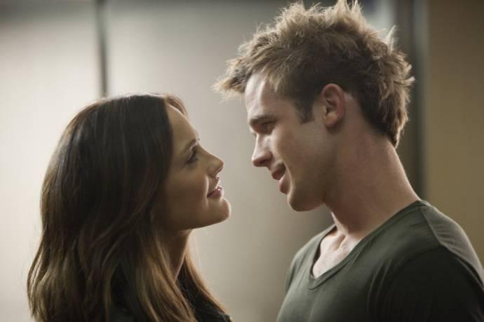 Cam Gigandet (Stephen) en Minka Kelly (Sara Matthews)