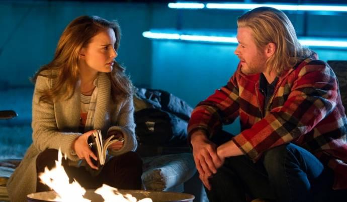 Natalie Portman (Jane Foster) en Chris Hemsworth (Thor)