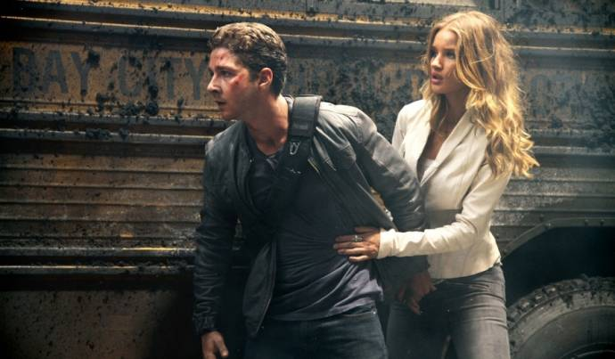 Shia LaBeouf (Sam Witwicky) en Rosie Huntington-Whiteley (Carly)