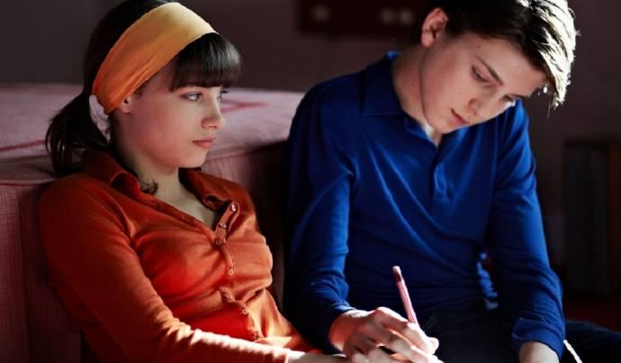 Laura Martin (Sylvie Dumontelle) en Léo Legrand (Thomas Verniaz adolescent)