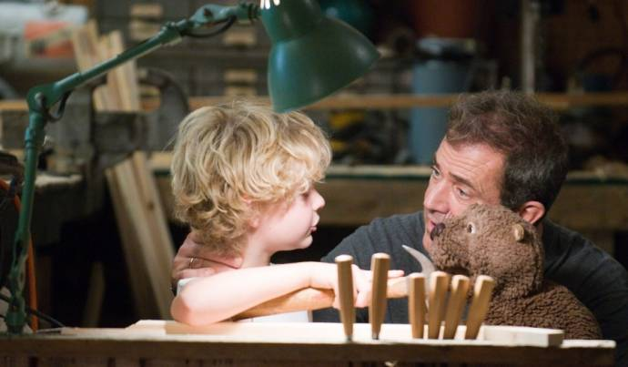 Riley Thomas Stewart (Henry Black) en Mel Gibson (Walter Black)