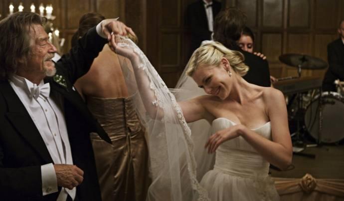 John Hurt (Dexter) en Kirsten Dunst (Justine)