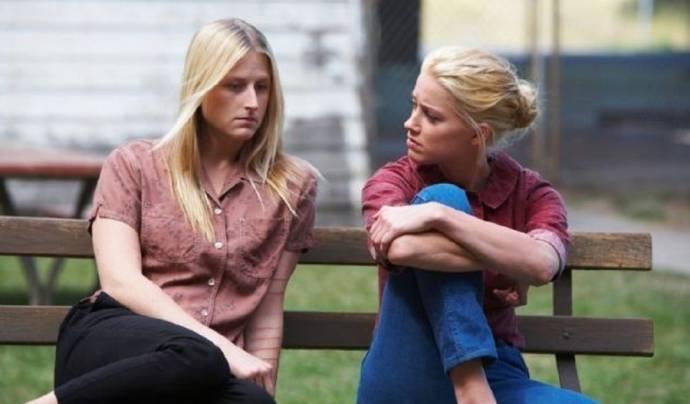 Mamie Gummer (Emily) en Amber Heard (Kristen)