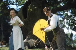 Johnny Depp en Rhada Mitchell als J.M. Barrie en zijn vrouw