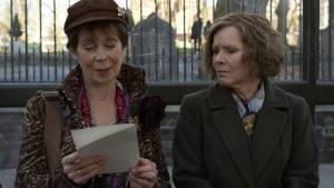 Celia Imrie (Bif) en Imelda Staunton (Sandra)