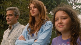 George Clooney, Shailene Woodley en Amara Miller in The Descendants