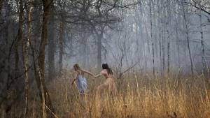 Ghostland: Taylor Hickson (Young Vera) en Emilia Jones (Young Beth)