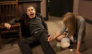 Rowan Atkinson en Gillian Anderson in Johnny English Reborn