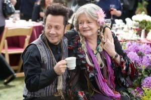 Grown Ups: Rob Schneider (Rob Hilliard) en Joyce Van Patten (Gloria)