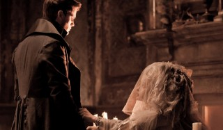 Jeremy Irvine en Helena Bonham Carter in Great Expectations