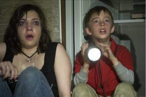 Michelle Horn en Jimmy Bennett als gegijzelde kinderen