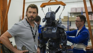 Hugh Jackman en Sharlto Copley in Chappie
