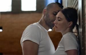 Instinct: Marwan Kenzari (Idris) en Carice van Houten (Nicoline)
