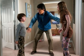 Madeline Carroll, Jackie Chan en Will Shadley in The Spy Next Door