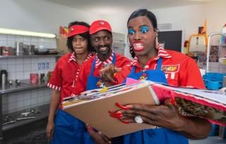 Sergio IJssel, Alpha Oumar Barry en Jandino Asporaat in Bon Bini Holland 2