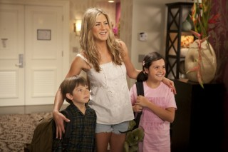 Jennifer Aniston, Griffin Gluck en Bailee Madison in Just Go with It