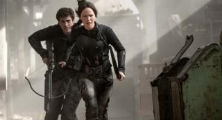 Liam Hemsworth en Jennifer Lawrence in The Hunger Games: Mockingjay - Part 1