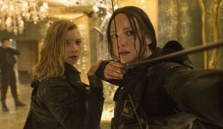 Natalie Dormer en Jennifer Lawrence in The Hunger Games: Mockingjay - Part 2