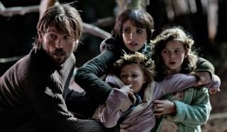 Nikolaj Coster-Waldau, Jessica Chastain, Isabelle Nélisse en Megan Charpentier in Mama