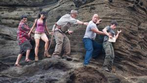 Journey 2: The Mysterious Island: Luis Guzman (Gabato), Vanessa Hudgens (Kailani), Michael Caine (Grandfather), Dwayne Johnson (Hank Parsons) en Josh Hutcherson (Sean Anderson)