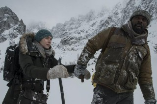 Kate Winslet en Idris Elba in The Mountain Between Us