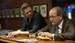 Killing Them Softly: Brad Pitt (Jackie Cogan) en Richard Jenkins
