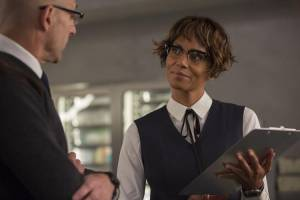 Kingsman: The Golden Circle: Mark Strong (Merlin) en Halle Berry (Ginger)