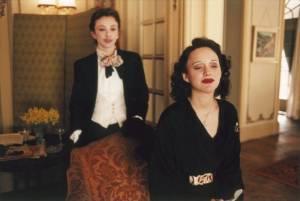 Edith Piaf (Marion Cotillard) geniet zittend - La Vie en Rose