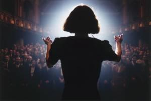 Edith Piaf (Marion Cotillard) zingt voor zaal2 - La Vie en Rose