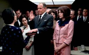 LBJ: Mary Rachel Dudley (Judge Sarah T. Hughes), Jennifer Jason Leigh (Lady Bird Johnson), Woody Harrelson (Lyndon B. Johnson) en Kim Allen (Jacqueline Kennedy)