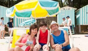 Les vacances du petit Nicolas: Valérie Lemercier (La mère de Nicolas), Mathéo Boisselier (Le petit Nicolas) en Kad Merad (Le père de Nicolas)