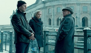 Liam Neeson, January Jones (I) en Frank Langella in Unknown