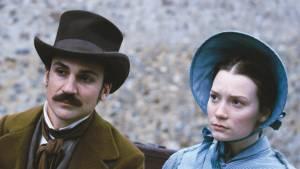 Madame Bovary: Henry Lloyd-Hughes (Charles Bovary) en Mia Wasikowska (Emma Bovary)