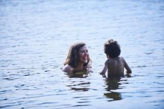 Maggie Gyllenhaal en Parker Sevak in The Kindergarten Teacher