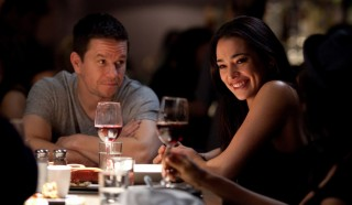 Natalie Martinez en Mark Wahlberg in Broken City