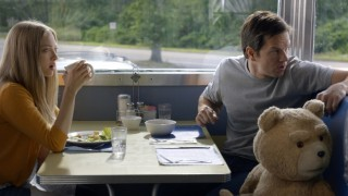 Amanda Seyfried en Mark Wahlberg in Ted 2