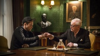 Taron Egerton en Michael Caine in Kingsman: The Secret Service