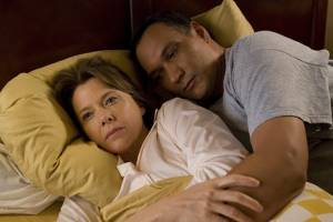 Mother and Child: Annette Bening (Karen) en Jimmy Smits (Paco)
